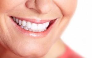 Glückliche Frau welche den besten Zahnarzt gefunden hat.