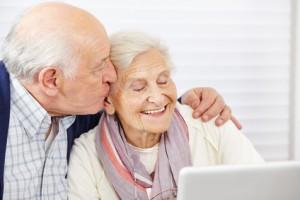Glückliches Ehepaar trägt Prothesen vom Zahnarzt
