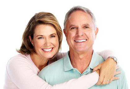 Glückliches Paar nach dem Zahnarzt Besuch