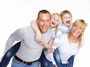 Familie mit Ihren Kindern nach dem Zahnarzt Besuch in 1210 Wien